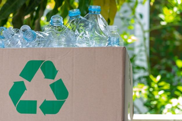 Пластиковые бутылки в коробке для переработки концепции. всемирный день окружающей среды.
