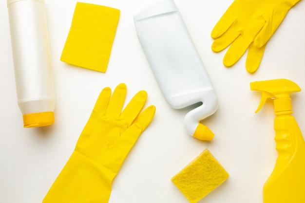 청소 제품, 스폰지 및 흰색 바탕에 장갑의 플라스틱 병.