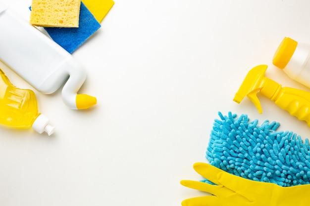 청소 제품, 장갑, 스폰지 흰색 배경에 플라스틱 병