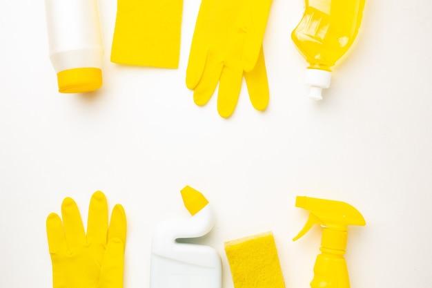 청소 제품, 스폰지 및 텍스트위한 공간 흰색 배경에 장갑의 플라스틱 병.
