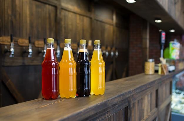パブのカウンターにある明るいビールと暗いビールのペットボトル。
