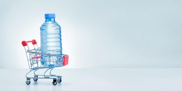 흰색 바탕에 쇼핑 트롤리에 물 플라스틱 병.
