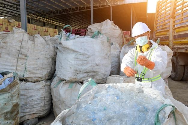 Пластиковые бутылки перерабатывают фоновую концепцию, собирая мусорные пластиковые бутылки для концепции утилизации
