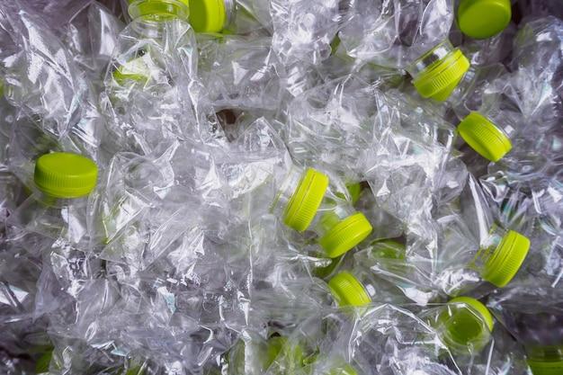 Пластиковые бутылки рециркулируют фон концепции