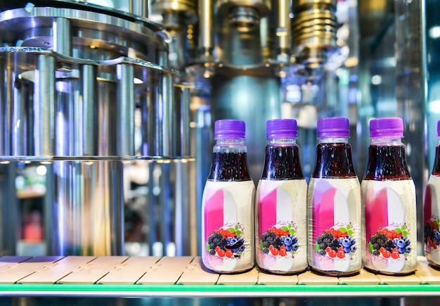Перенос пластиковых бутылок на автоматические конвейерные системы для промышленной упаковки