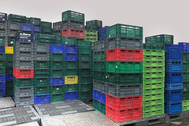 Стеллаж для пластиковых ящиков на складе логистический магазин промышленный