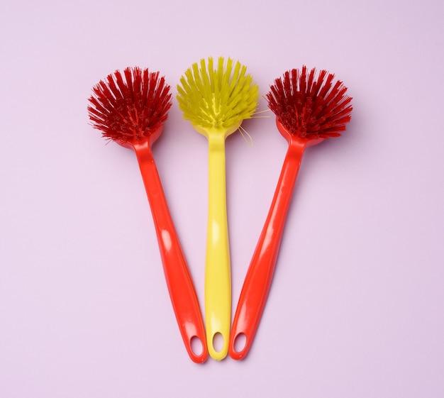 라일락 표면에 청소용 손잡이가 달린 플라스틱 브러쉬, 평면도