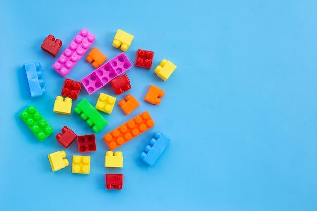 青い壁にプラスチック製のビルディングブロック。