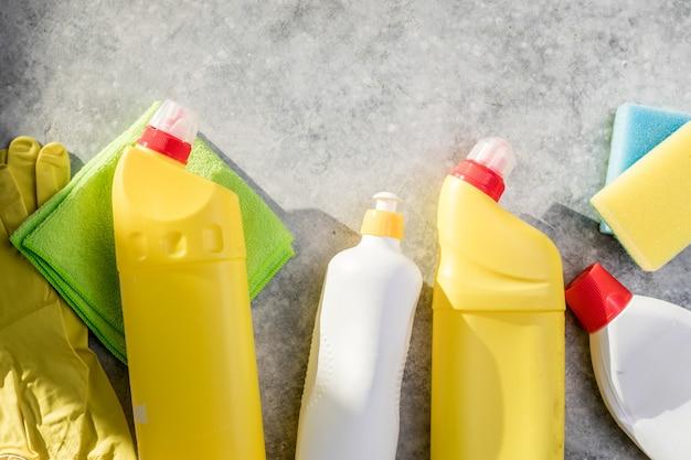 プラスチック化学洗剤のボトルと機器