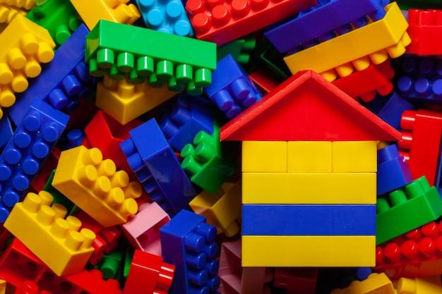 Пластиковые детские конструкторские кубики. концепция строительства дома, застройки. плоская планировка, вид сверху