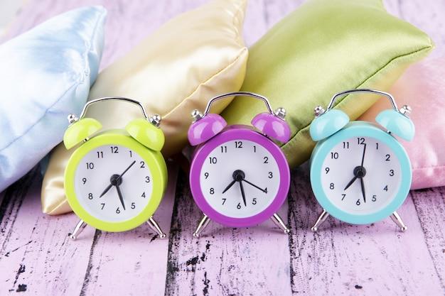 Пластиковые часы на шелковых подушках на деревянных