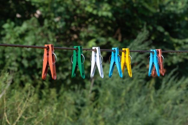 ロープで衣類を乾燥させるためのプラスチック製洗濯ばさみ
