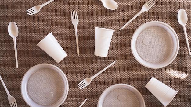 Пластиковая коллекция на бежевом фоне. концепция переработки пластика и экологии. плоская планировка, вид сверху