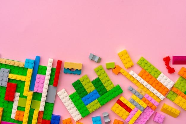 분홍색 배경에 플라스틱 생성자 세부 정보를 닫습니다.