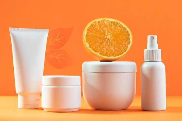 Recipienti di plastica su sfondo arancione