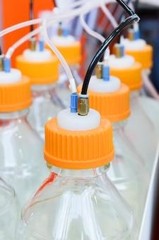 Пластиковые контейнеры с элементами их тонких трубок.