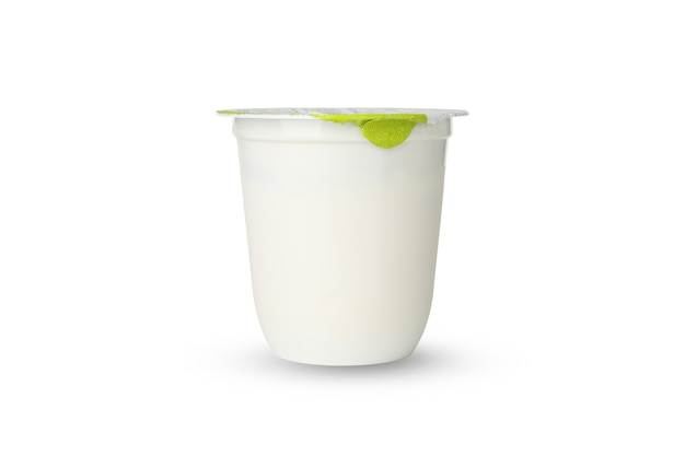 白い背景で隔離のヨーグルトのプラスチックカップ