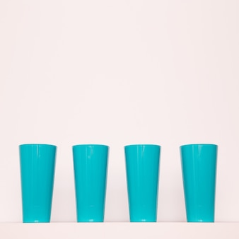Пластиковые стаканы. минимальное плоское искусство