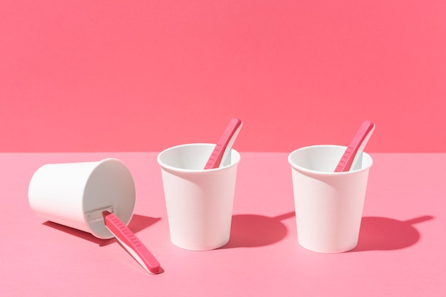 Bicchieri di plastica e lamette rosa