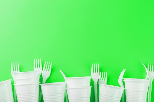 緑の表面のプラスチック皿