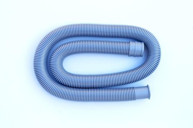 Пластиковая водосточная труба на белой стене.