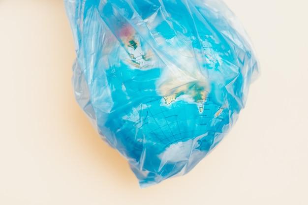 플라스틱 환경 재해 개념. 꽉 가방의 포로 글로브