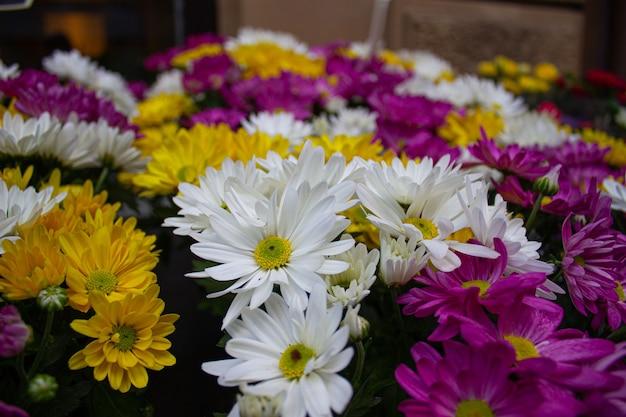 毎週の屋外市場で販売されているプラスチック製の花。