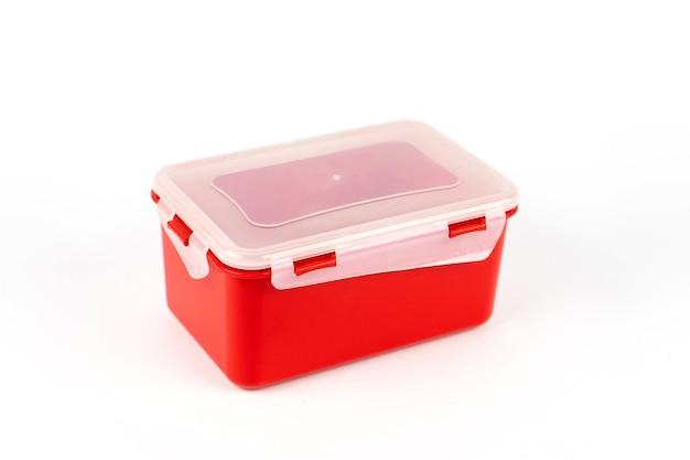Пластиковый пищевой контейнер красного цвета на белом фоне. вид сбоку