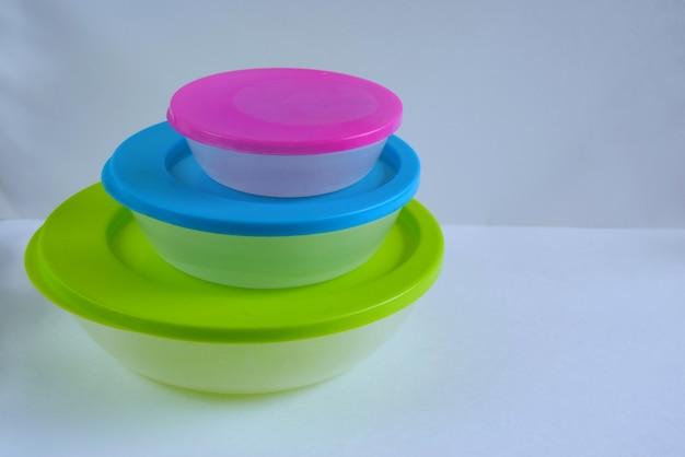 さまざまなサイズで着色されたプラスチック製の食品容器。