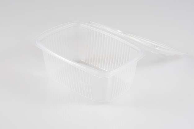 白で隔離されるプラスチック食品パッケージ