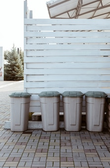 レストランの裏庭にあるプラスチック製のゴミ箱