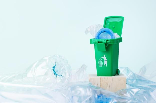 녹색 쓰레기통이 있는 플라스틱 쓰레기.