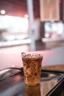 테이블에 커피의 플라스틱 유리