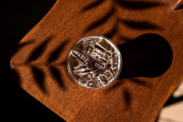 테이블에 스파클링 소다와 아이스 커피의 플라스틱 유리