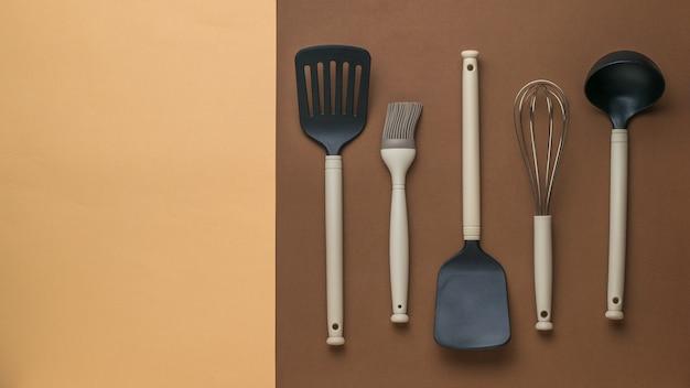 Пластиковая посуда для приготовления пищи на двухцветном фоне. плоская планировка.