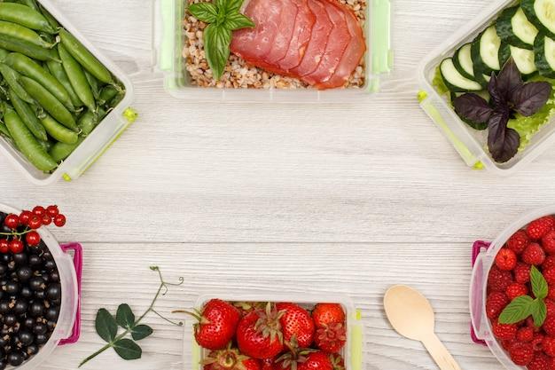 Пластиковые контейнеры для приготовления еды с черной смородиной, зеленым горошком, клубникой, гречневой кашей