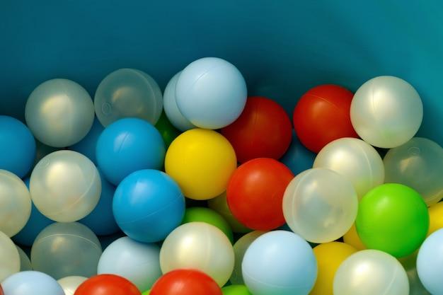Пластиковые разноцветные шары, крупный план. множество разноцветных мячей для детей.