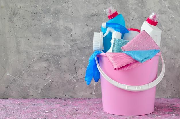Пластиковое розовое ведро с чистящими средствами с копией пространства