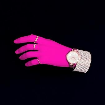 Пластиковая розовая рука в модных ювелирных аксессуарах. стильная минималистичная концепция
