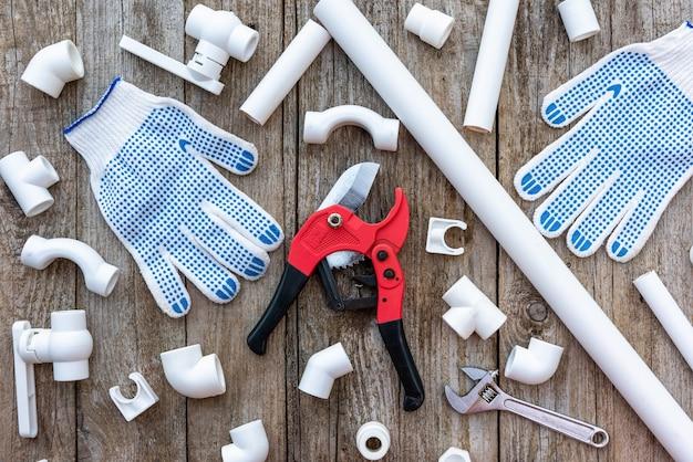 장갑과 파이프가 있는 플라스틱 파이프 절단 도구