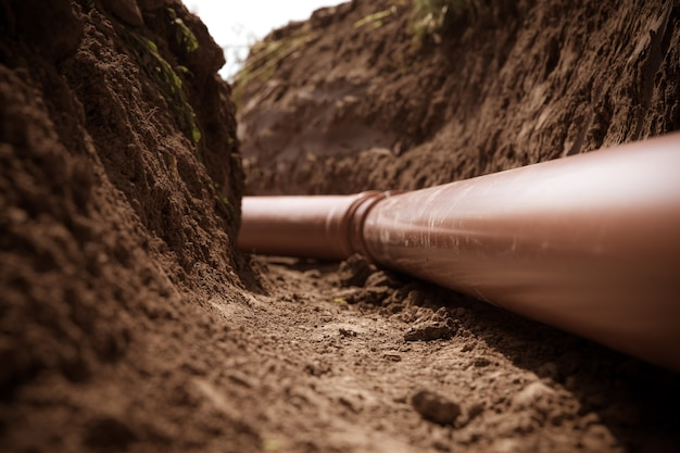 Пластиковые трубы в земле для сточных и дождевых вод