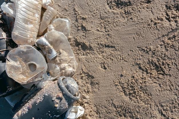 Пластиковое загрязнение и мусор на пляже пластиковое загрязнение океанов.