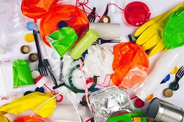 플라스틱 오염 개념. 플라스틱이 없어야합니다. 흰색 바탕에 깨진 된 일회용 다채로운 플라스틱 항목.