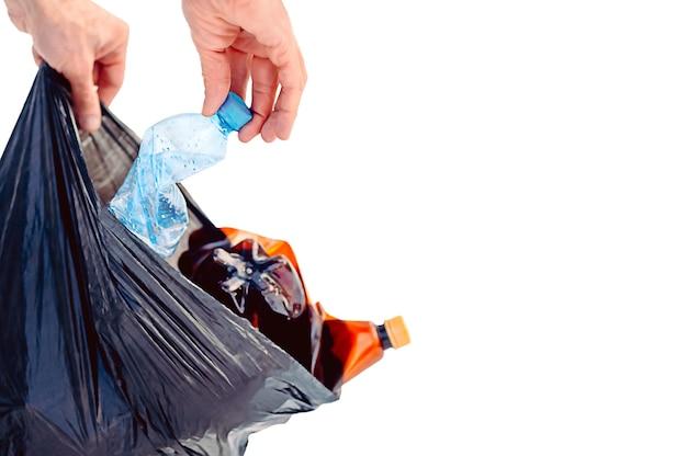 플라스틱 오염, 플라스틱 폐기물 문제, 환경의 합성 플라스틱 제품.
