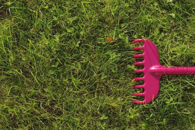 잔디 깎기, 정원 도구에 플라스틱 갈퀴. 농업, 원예 장비 개념입니다.