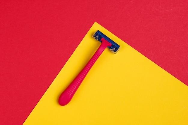 Пластиковые бритвы на красно-желтых