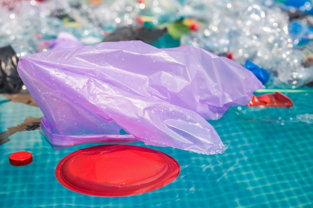 Вторичная переработка пластика, загрязнение и экологическая концепция - экологическая проблема загрязнения пластиковым мусором