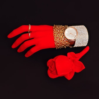 Пластиковая красная рука в модных ювелирных аксессуарах. стильная минималистичная концепция