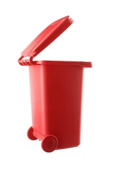 흰색 배경에 고립 된 플라스틱 빨간 쓰레기통