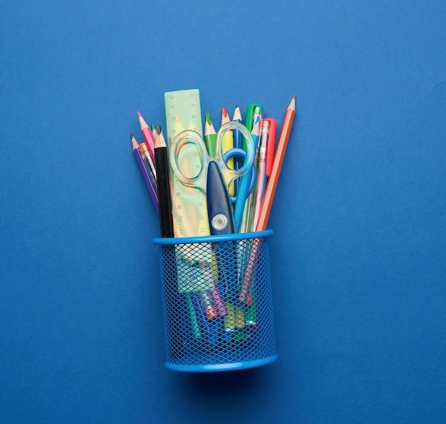 プラスチック製のはさみと色とりどりの木の鉛筆